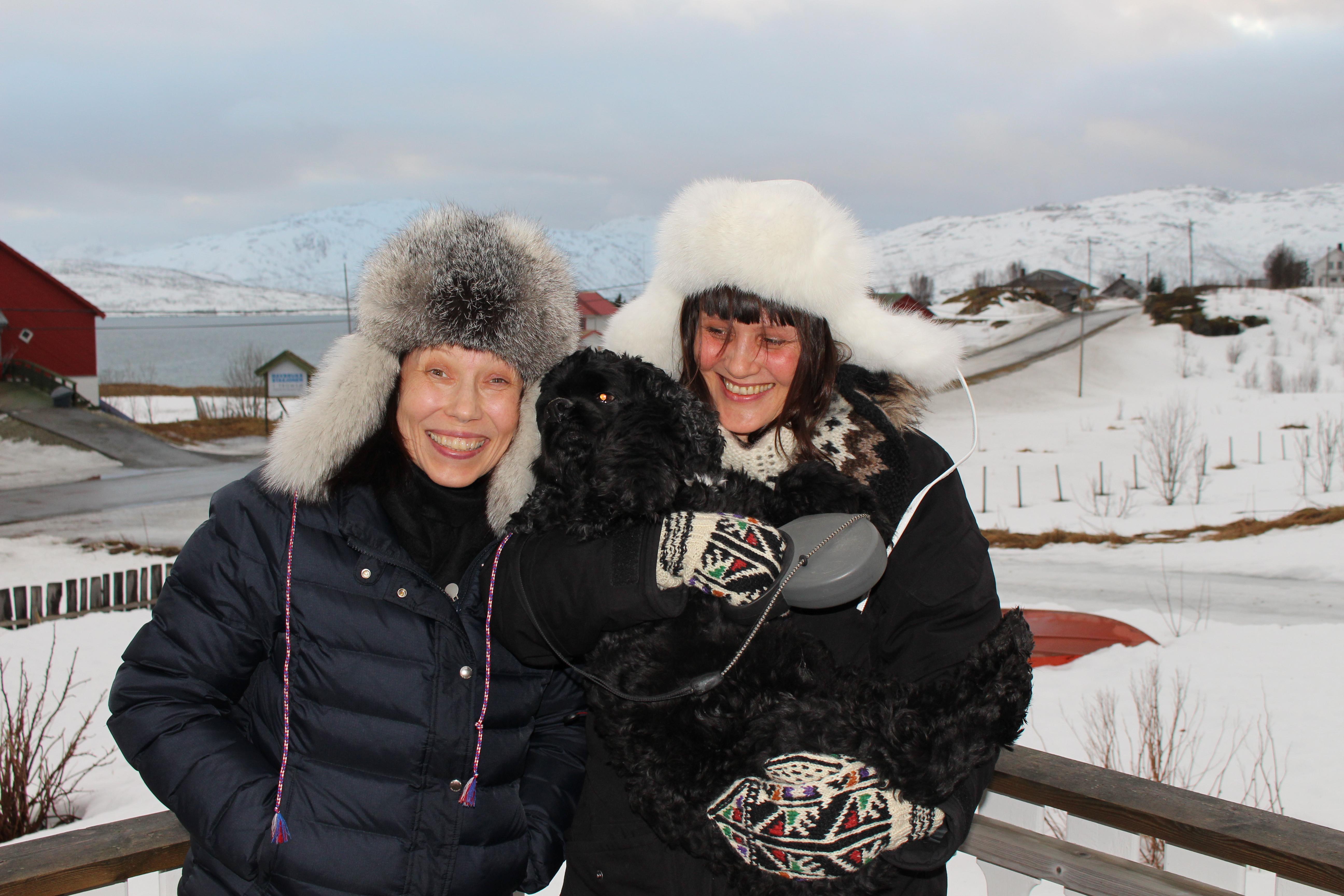 Anna Anita Guttorm og Elin Margrethe Wersland med hunden Silkeprinsen