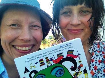 Forfatterne, av satiren Skole-Petter Anna og Det lattervekkende norske sirkus, Anna Anita Guttorm (t.v.) og Elin Margrethe Wersland.