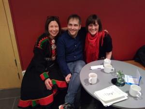 Anna Anita Guttorm (Karasjok), Henrik Blind (Jokkmokk) og Elin Margrethe Wersland (med røtter i Olmmáivággi/Manndalen) fortalte om samisk humor og satire under samisk litteraturfestival  i Jokkmokk