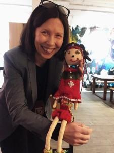 Her viser Anna Anita Guttorm fram Skole-Petter Anna dukken på Oslo Sámi Viessu/Oslo Samisk Hus. Foto: Signe Lindi