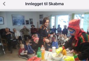 Skjermbilde fra Skábma festivalen, fra Facebook-siden: Skole-Petter Anna besøker  Fjæratunet omsorgssenter.