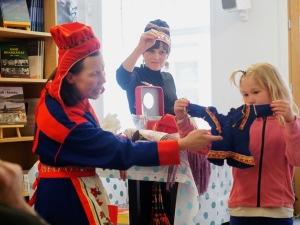 Skole-Petter Anna Talkshow på Samisk Hus i Oslo i 2018. Anna Anita Guttorm (t.v.) og Elin Margrethe Wersland (midten) viser fram samisk kulturminne. Foto: Gro Setereng Scheel.
