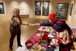 Museumspedagog Ved Romsdalsmuseet, Elisabet Tangen , mottar samisk pass av Skole-Petter Anna